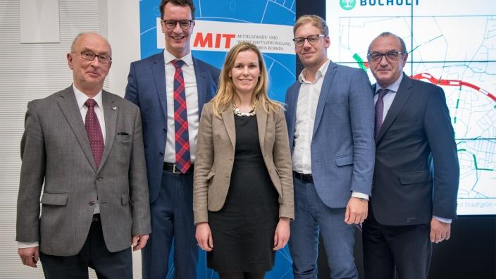 von links: Werner Vogel,( stv. MIT-Vorsitzender), Verkehrsminister Hendrik Wüst, Christina Herbrand (MIT-Vorsitzende), Stadtbaurat Daniel Zöhler und Gastgeber Matthias Löhr
